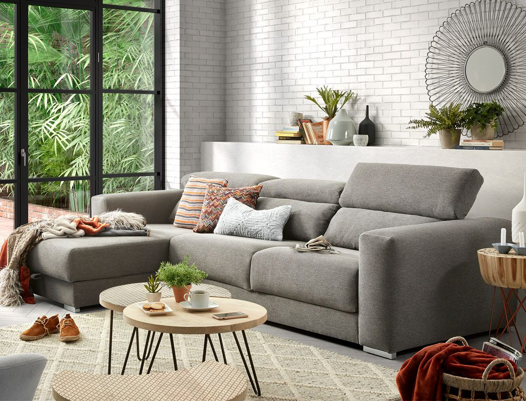 5 claves para decorar con cojines interiorismo dc dc for Sillones grises decoracion